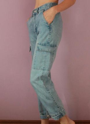 Джинсы с карманами и застёжками на штанинах
