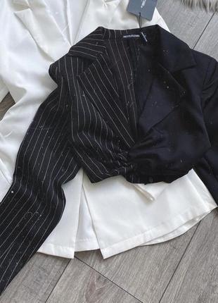 Черный укороченый пиджак в белую полоску