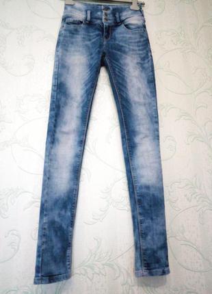 Узкие джинсы скинни на высокую стройную девушку oxxy s-ка
