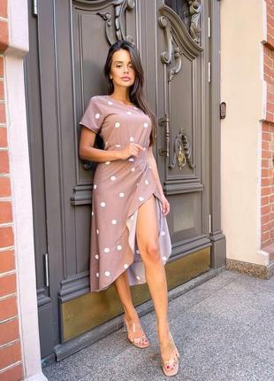 Сукня в горошок з розрізом