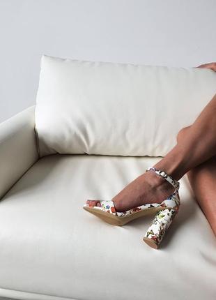 Босоножки на удобном 8 см каблуке с цветочным принтом)