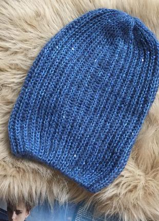 Синяя шапка крупной вязки
