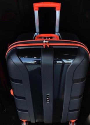 Большой дорожный чемодан.