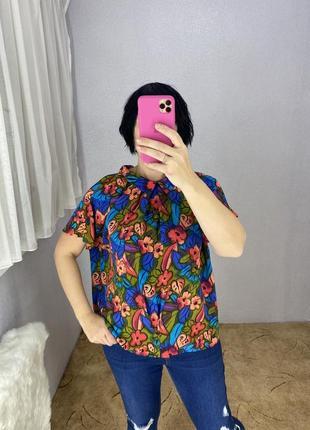 Яркая красивая блуза