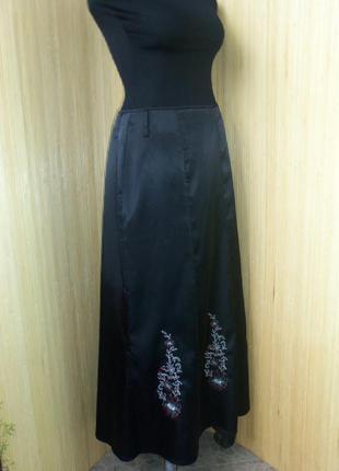 Чёрная длинная атласная юбка с вышивкой