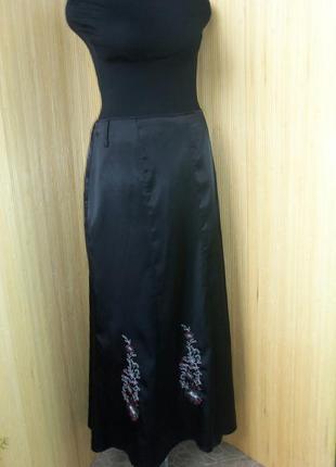 Чёрная длинная атласная юбка с вышивкой2 фото