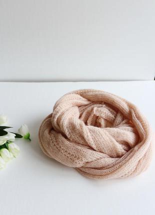 Нежный вязаный шарф хомут