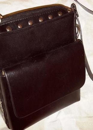 Небольшая сумочка с кнопкамы, плотная.