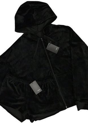 Черный велюровый костюм кофта с капюшоном на молнии и шорты