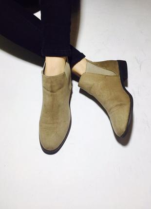 Актуальные замшевые ботинки полусапожки на низком ходу с резинками по бокам