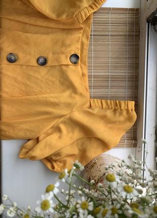 Легкая блуза на пуговичках яркого горчичного цвета
