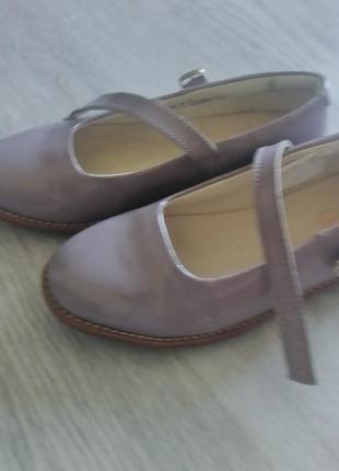 Стильні лаковані туфлі ,фірма clarks
