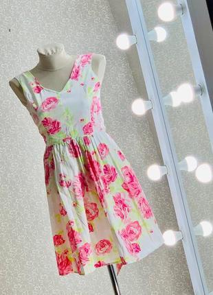 Шикарное приталенное платье в цветах