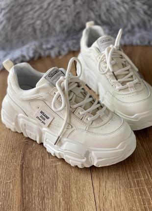 Светлые кроссовки из натуральной кожи на платформе