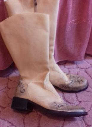 Кожаные сапожки с вышивкой