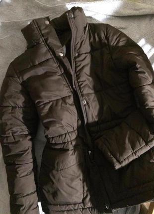 Теплая пуховая куртка шоколадного цвета с капюшоном