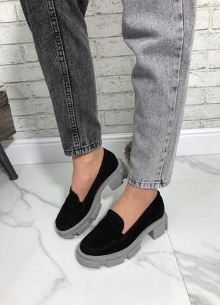 Женские туфли черные натуральная замша на серой подошве