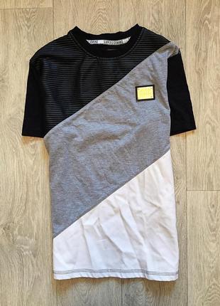 Черно белая футболка с элементами кожзам supply & demand