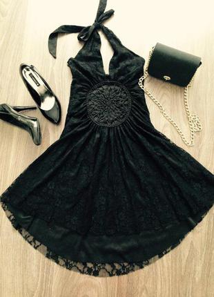 Привлекательное вечернее коктейльное платье с глубоким вырезом черное кружево гипюр