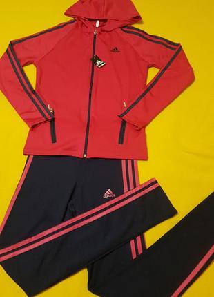 Спортивный костюм с капьюшоном.