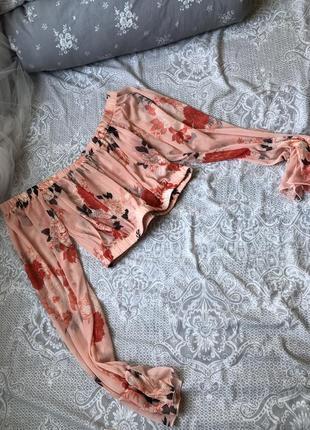 Красивая блуза с открытыми плечами персиковая