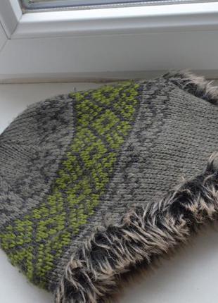 Классная теплая шапка на иск .меху с бомбоном