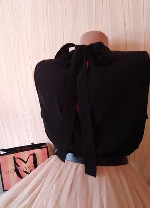 Блузка с бантом сзади.