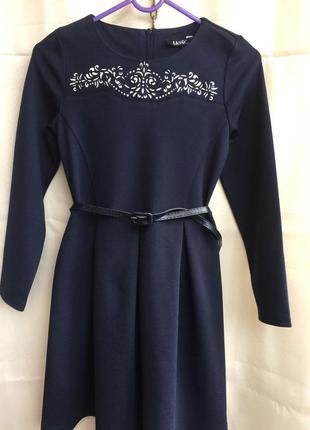 Стильное красивое трикотажное  платье с украшением га груди размер 122  128 mevis