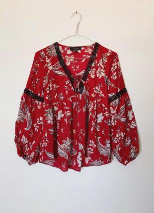 Красивая блуза в цветы свободного кроя на шнуровке с рукавами воланами