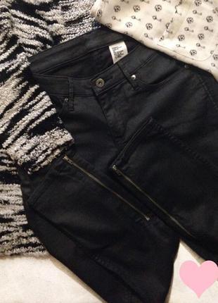 Очень стильные джинсы ( материал, как пропитан кожей)😂😝😍