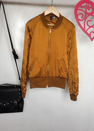 Трендовая куртка бомбер с стегаными рукавами горчичного цвета