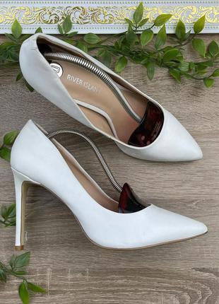 Белые кожаные туфли лодочки