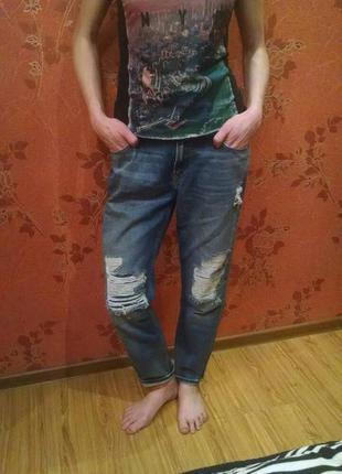 Крутые джинсы бойфренды с потертостями
