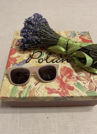 Крутые очки в бежевой оправе