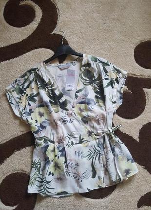 Блуза на запах с цветами