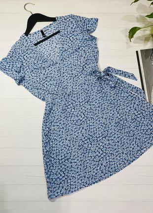 Голубое платье на запах в мелкий белый цветочек от divided