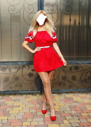 Красное платье с вышивкой
