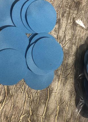 Конфетти с бархата (голубого цвета).
