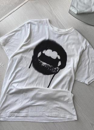 Трендовая базовая оверсайз футболка белая с принтом вампир губы чёрная