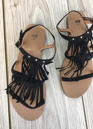 Стильные актуальные босоножки h&m zara asos с бахрамой сандали шлёпанцы тренд шлепки