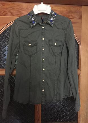 Красивая зелёная рубашка