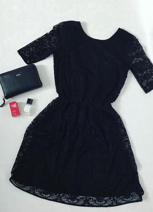Кружевное платье с v-образным вырезом на спине