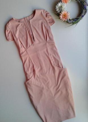 Шикарное платье – футляр в нежно-розовом цвете с v-образным вырезом