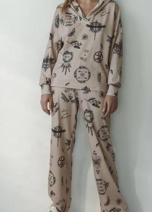 Стильный женский костюм свободного кроя с принтом