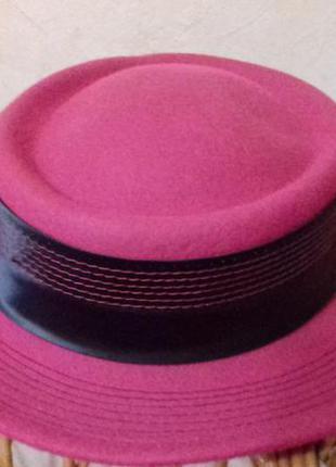 Шляпка фетровая,стильная,малинового цвета,на маленькую хрупкую девушку.