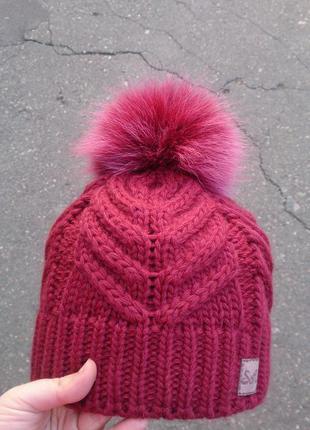 Стильная шапка на флисе с бубоном