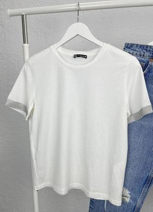 Белая футболка с стразами на рукавах