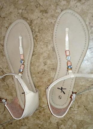 Пудровые сандали