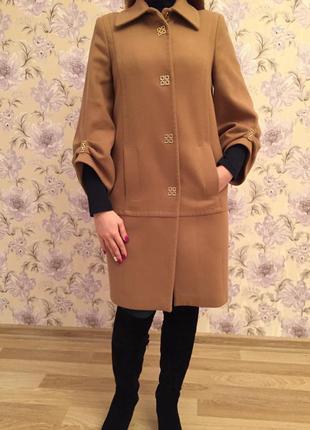 Красивою пальто из кашемира