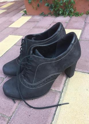 Черные ботильоны на шнуровке